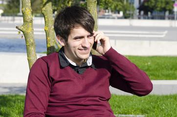 junger mann telefoniert in der natur