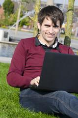 freundlicher mann mit laptop