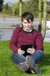 junger mann schaut auf tablet computer