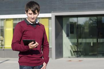 junger mann schaut auf tablet
