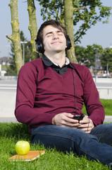 entspanntes musikhören in der natur