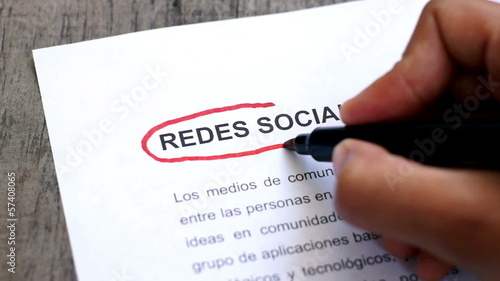 Circling Social Media with a pen (In Spanish)