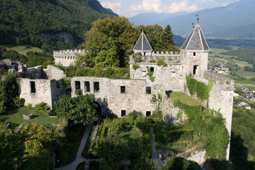 Jardin et donjon du Château de Miolans