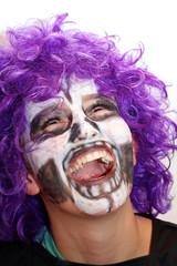 Kind mit geschminktem Gesicht und Perücke