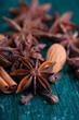 Sternanis, Zimt, Nelken und  Mandeln
