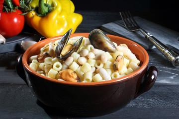 pasta e fagioli con cozze sfondo grigio