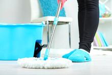 Wycieranie podłogi w domu, zbliżenie