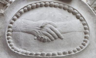 Poignée de main sculptée en pierre