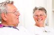 lachendes älteres Ehepaar