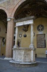 Corte rinascimentale con pozzo, Siena