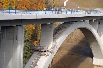 Rundbogenbrücke im Bau