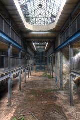 Alte verlassene Halle in einer Fabrik