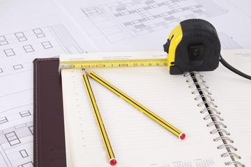 planos de edificio con lápices y metro
