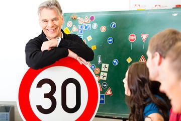 Fahrlehrer mit Klasse von Fahrschüler