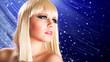 attraktive blonde Frau vor Lichterhintergrund