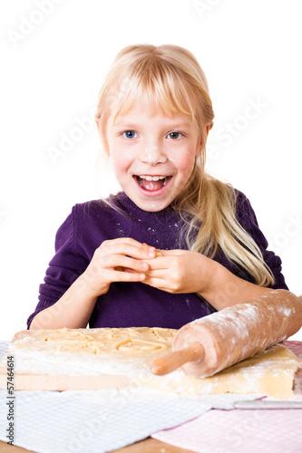 kleines Mädchen beim ausstechen von Plätzchen