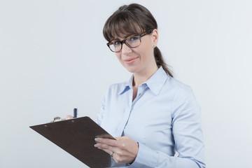 Frau schreibt auf
