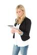 Junge Frau blickt auf Tablet Computer