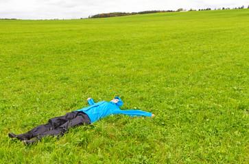 Frei sein - Junge Frau liegend im Gras