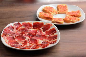 entrantes jamón serrano y pan con tomate