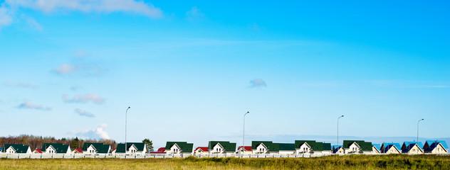 Домики разного цвета и голубое небо