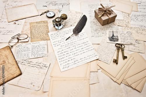 Papiers peints Retro antique accessories, old letters and vintage ink pen