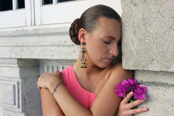Девушка, брюнетка , цветок, серьги, закрытая поза, грусть