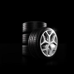 Stapel Reifen Reifen mit Felge auf Schwarz