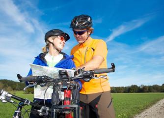 Paar auf Mountainbike Tour