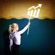 Geschäftsfrau hält abhebende Statistik fest