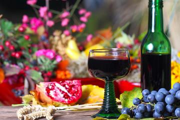 Glas Rotwein auf herbstlicher Terrasse