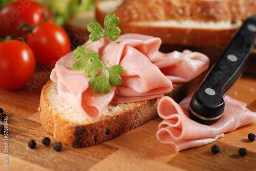 mortadella sulla fetta di pane casereccio