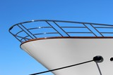 Proue d'un yacht à quai