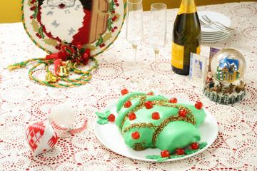 Torta natalizia a forma di pino addobbato