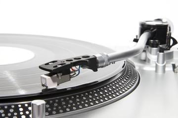 Plattenspieler mit einer Schallplatte im Club