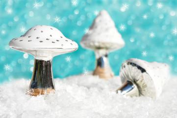 Weiße Pilze als Weihnachtsschmuck
