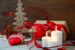 Weihnachtsgeschenk mit roter Schleife