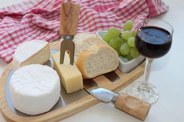 Käseplatte mit Wein und Brot