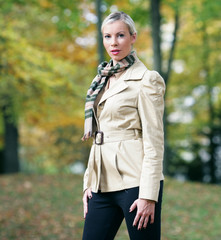 Modische Frau im Herbst