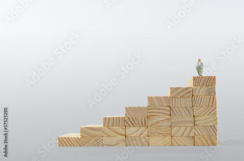Mann auf Treppe