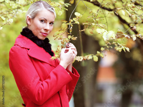 Hübsche Frau im Herbst