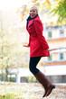 Glückliche Frau springt