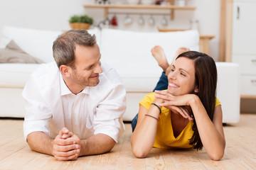 glückliches ehepaar schaut sich an