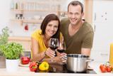Fototapety glückliches paar stößt mit rotwein an