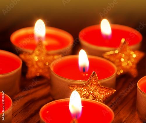 Rote Teelichter mit Sternen