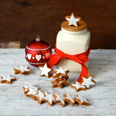 Keksdose mit Zimtsternen