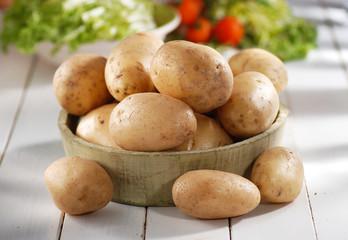 mucchio di patate nella ciotola di legno