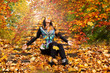 Hübsche Frau im berliner Park im Herbst