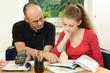 Schülerin bekommt Nachhilfe in Mathematik