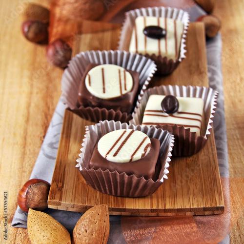 schokoladen petit fours in herbstdeko